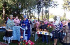 Престольне свято громади в Кусиківцях: близько сотні парафіян моляться простонеба, а у відібраному храмі порожньо навіть коли служіть архієрей.