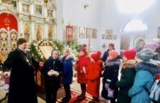 Настоятель собору в м. Жмеринка вручив дітям подарунки