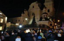 ВІДЕО. Молитовне стояння вірян УПЦ біля захопленого розкольниками Спасо-Преображенського собору