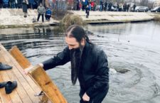 ВІДЕО. Митрополит Варсонофій окунувся в озері в день Хрещення Господнього